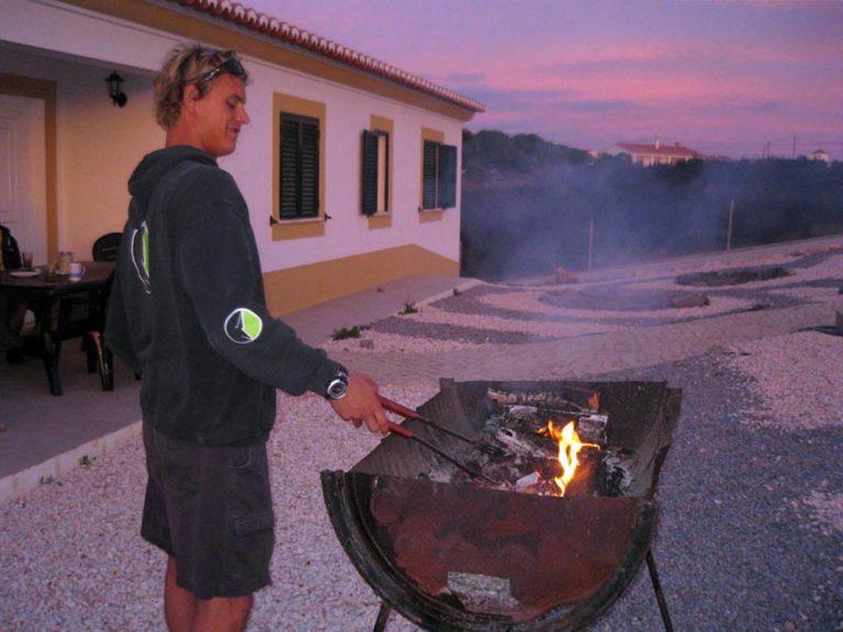 arrifana-surf-lodge-algarve-portugal-bbq-evening-1000x